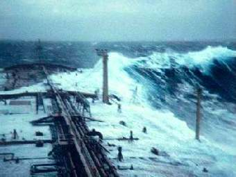 """Волна-убийца, атаковавшая танкер """"Эссо Лангедок"""" в 1980 году. Мачта справа находится на 25 метров выше уровня моря. Фото первого помощника Филиппа Лижура, воспроизведенное на сайте esa.int."""