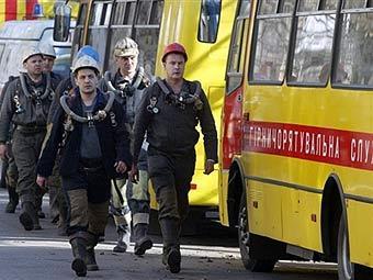 Горноспасатели у шахты имени Засядько. Фото AFP