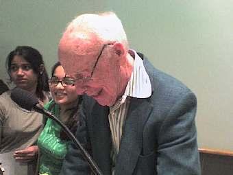Джеймс Уотсон раздает автографы после выступления. Фото Gordon P. Hemsley c сайта wikimedia.org.