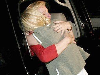 Пэрис Хилтон обнимает свою мать после выхода на свободу. Фото с сайта nicky-h.com