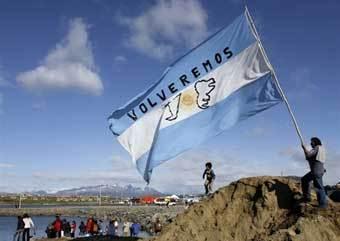 """Аргентинцы отмечают годовщину Фолклендского кризиса. На флаге надпись """"Мы вернемся"""". Фото AFP"""