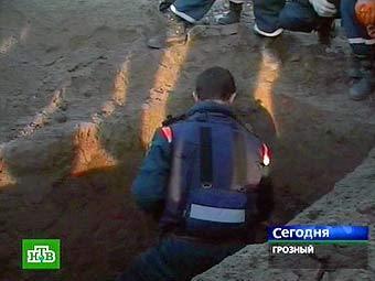 На месте обнаружения могилы Звиада Гамсахурдиа в Грозном. Кадр телеканала НТВ
