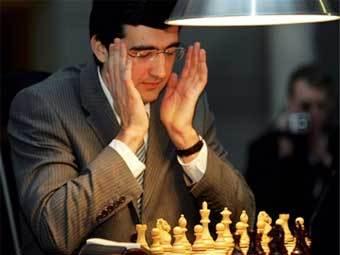 Владимир Крамник признал свое поражение в матче с электронным мозгом. Фото AFP
