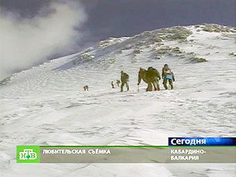 Группа альпинистов на Эльбрусе. Кадр телеканала НТВ