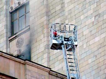 """Тушение пожара в главном здании МГУ, фото Борислава Козловского, """"Лента.Ру"""""""