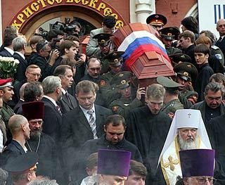 Гроб с прахом генерала Деникина выносят из храма Донского монастыря. Фото Евгения Раздобарина, Lenta.Ru