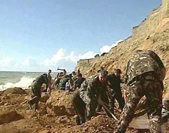 Солдаты раскапывают завал на пляже у поселка Кача, кадр НТВ