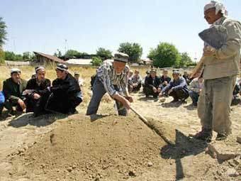 Похороны погибших в Андижане, фото Reuters