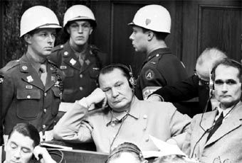 Герман Геринг на Нюрнбергском процессе (справа от него - Рудольф Гесс). Фото с сайта www.victory.rusarchives.ru