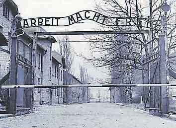 Ворота Освенцима. Фото с сайта herodote.net