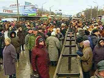 Митинг пенсионеров на Ленинградском шоссе 10 января 2005 года. Кадр телеканала НТВ.