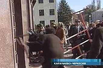 Штурм Дома правительства в Черкесске. Кадр телеканала ОРТ.