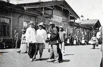 Группа китайцев на железнодорожном вокзале Хабаровска в 1899 году. Фото с сайта www.transsib.ru