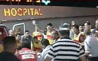 Медики эвакуируют пострадавших при теракте в Табе. Кадр телеканала CNN