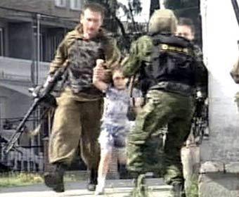 Спасение девочки-заложницы в Беслане. Кадр телеканала НТВ, архив