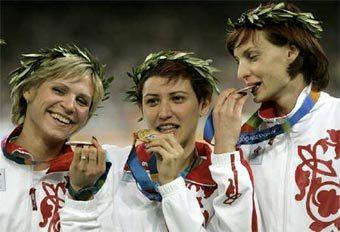 Россиянки Ирина Симагина, Татьяна Лебедева и Татьяна Котова (слева направо) - победительницы Олимпиады по прыжкам в длину. Фото Reuters