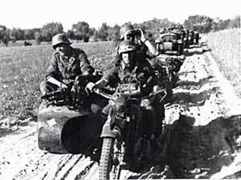 Немецкая моторизованная часть входит на территорию СССР. Фото с сайта Militera.lib.ru