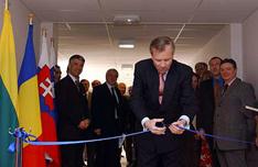 Генеральный секретарь НАТО Яап де Хооп Схеффер символически открывает двери альянса для новых членов. Фото с официального сайта НАТО