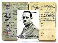 Густав Шварценеггер и его солдатская книжка времен войны. Фото Роберта Ньюалда, Los Angeles Times