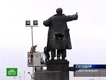 Поврежденный памятник Ленину. Кадр телеканала НТВ