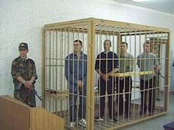 Александр Гурцкий с подельниками в зале суда. Фото с сайта olivia.idknet.com.