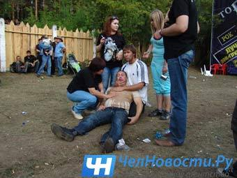 """Пострадавший посетитель рок-фестиваля. Фото """"ЧелНовости"""""""