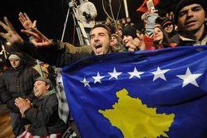 Косовские албанцы празднуют провозглашение независимости. Фото (c)AFP, 2008 год