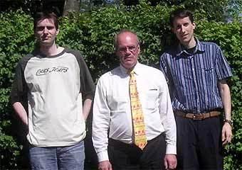 Основатель партии NVD Ад ван ден Берг (в центре) с однопартийцами. Фото с официального сайта партии