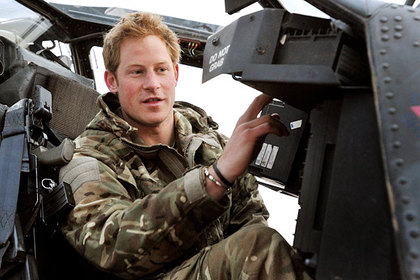 Принц Гарри за штурвалом вертолета AH-64 Apache