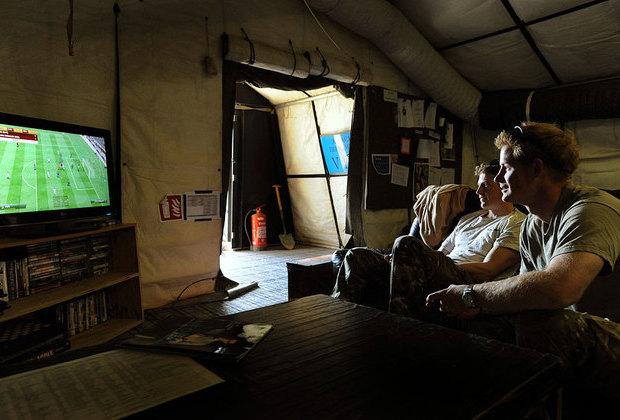 Принц Гарри играет со своим сослуживцем в компьютерные игры на базе «Кэмп-Бастион»