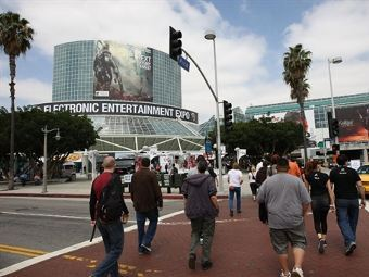 Посетители E3 возле комплекса Los Angeles Convention Center. Фото (c)AFP