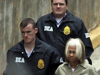 Джулианна Фэрэйт под эскортом агентов DEA. Фото (c)AP