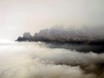 Облако пепла от извержения вулкана в Исландии. Фото (c)AFP