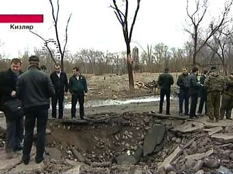 """Воронка на месте первого взрыва в Кизляре. Кадр """"Первого канала"""""""