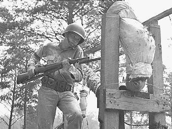 Американский солдат тренирует приемы штыкового боя. Фото с сайта olive-drab.com
