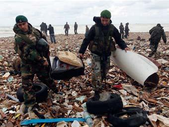 Ливанские военнослужащие с обломками упавшего самолета. Фото (c)AP