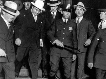 Аль Капоне (в белой шляпе) покидает здание суда, 1931 год