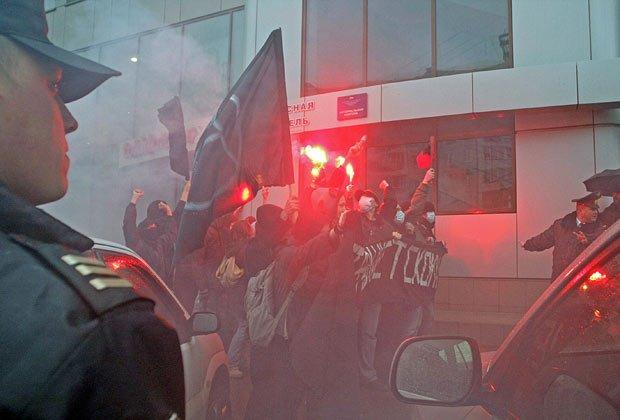 Колонна антифашистов на «Русском марше» в Новосибирске, 4 ноября 2008 года