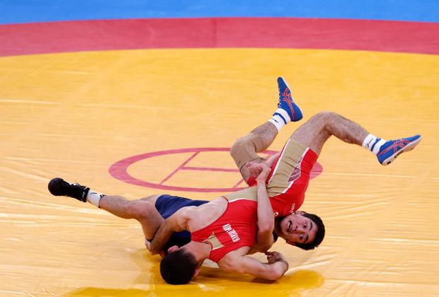 Россиянин Джамал Отарсултанов (в красном) на Олимпийских играх 2012 года