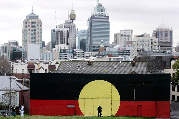Здание в Сиднее, раскрашенное в цвета флага австралийских аборигенов.