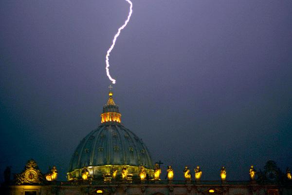 Молния, ударившая в собор Святого Петра в Ватикане 11 февраля 2013 года