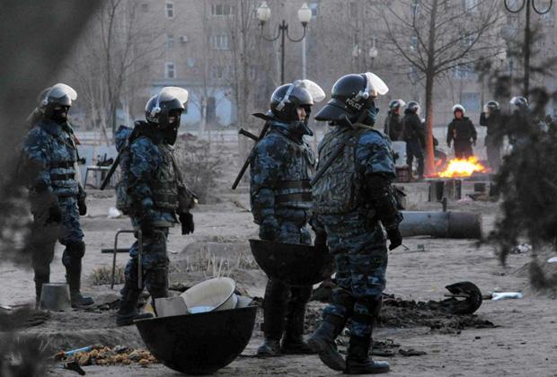 Полицейские во время беспорядков в Жанаозене