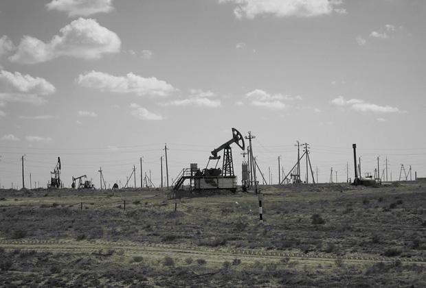 Нефтяные вышки в окрестностях Актау