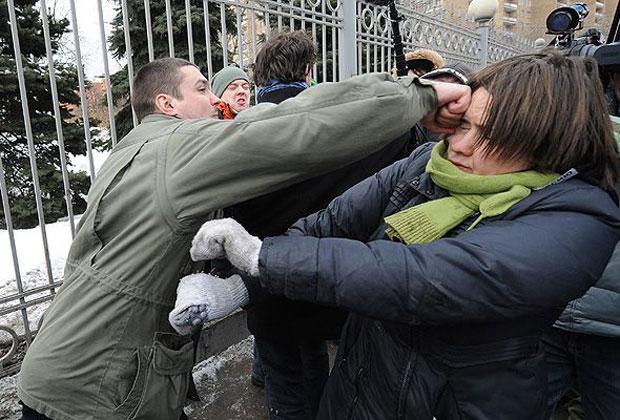 Александр Босых и сторонница Pussy Riot