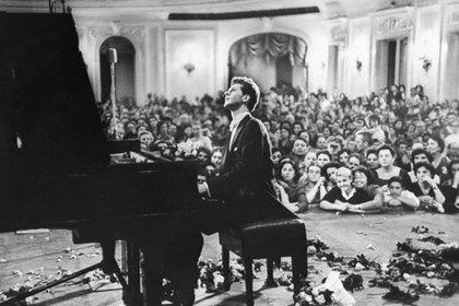 Концерт американского пианиста Вана Клиберна в Большом зале Московской консерватории. Звучат «Подмосковные вечера»
