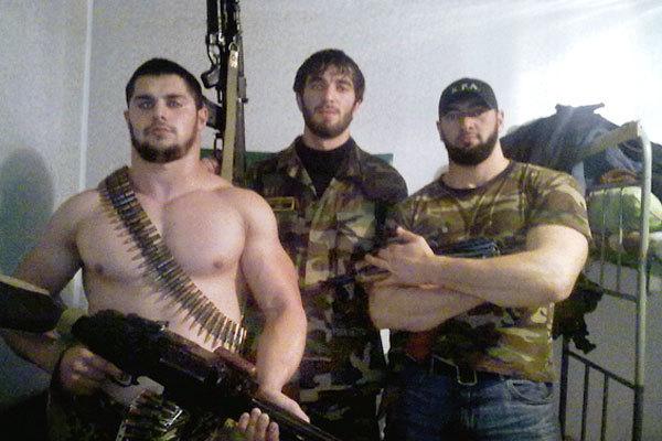 «Охранники Кадырова», арестованный и отпущенный младший сержант Юнус Расухаджиев (крайний слева)