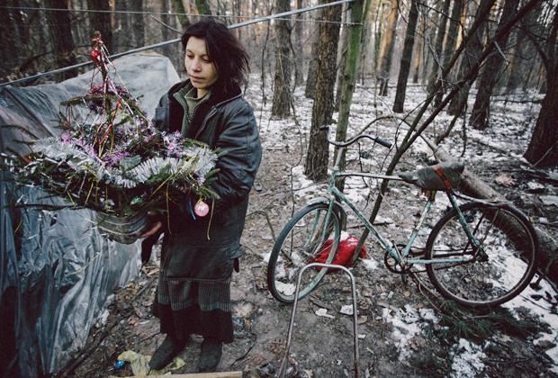 Цыгане занимаются тем, что сортируют мусор, собирают металл и сдают его. Зимой рубят и приносят дрова в ближайшие поселки, за эту работу берут около 50 гривен (примерно 6 долларов).