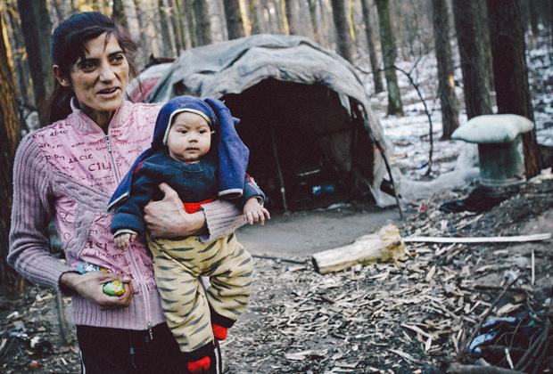 Дома цыган имеют деревянный каркас, стенки из картона и крышу из полиэтилена. В каждом домике есть буржуйка. Спят цыгане прямо на полу, всей семьей.
