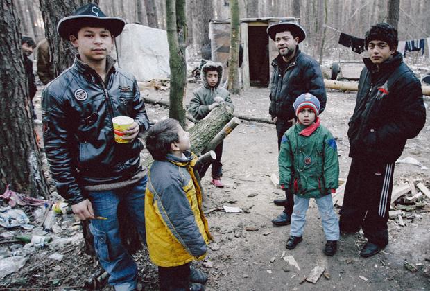 В подобных поселках нет ни света, ни воды. Лечатся цыгане сами, тут же рожают детей. В одном из домиков нашлась новогодняя елка.