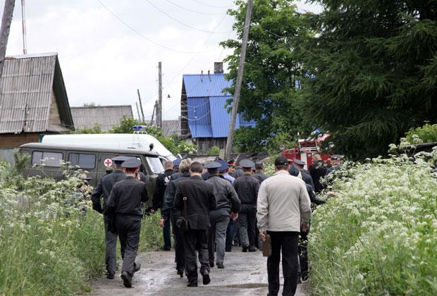 Сотрудники правоохранительных органов на месте падения